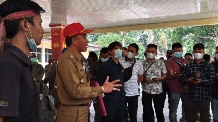 Bupati Parosil Terima Tuntutan Demonstran di Depan Kantor Bupati Lampung Barat