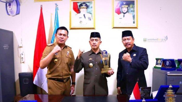 Pemkab Pesibar Raih Penghargaan Tribun Lampung Award 2021 Kategori Best Pedemic Education Programme