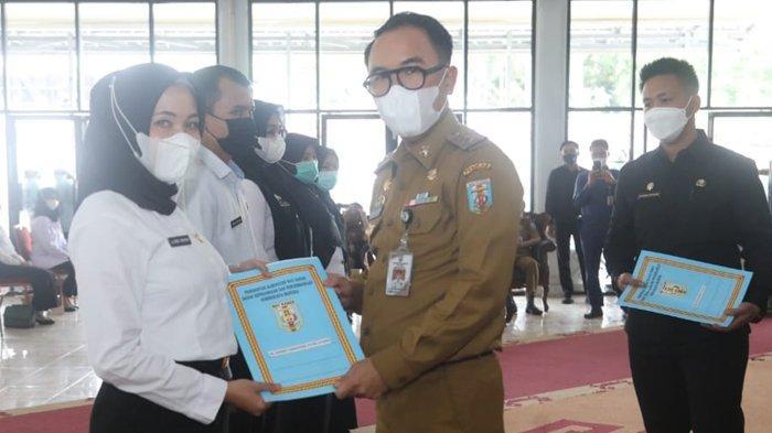Bupati Raden Adipati Surya Serahkan SK ke 73 CPNS di Way Kanan