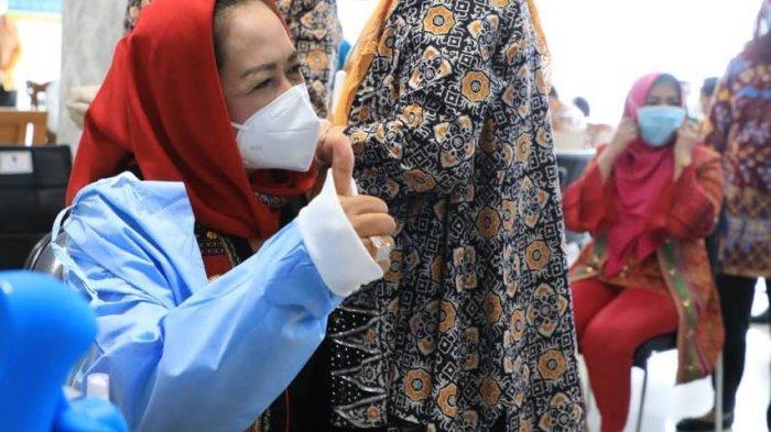 Bupati Tulangbawang Winarti menjalani vaksinasi Covid-19 di di aula Rumah Sakit Umum Daerah Abdul Moeloek (RSUDAM), Bandar Lampung, Kamis (14/1/2021).