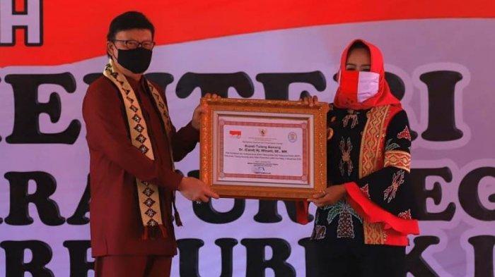 Bupati Winarti Diganjar Penghargaan dari Menpan RB atas Komitmen Wujudkan MPP di Tulangbawang
