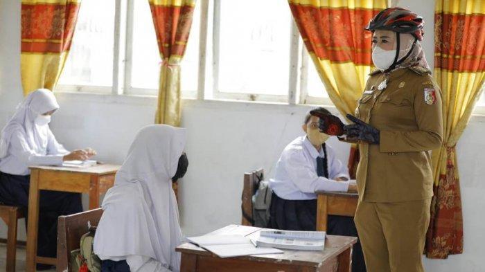 Bupati Tulangbawang Winarti meninjau pelaksanaan pembelajaran tatap muka (PTM) di SMPN 2 Banjar Agung, Senin (6/9/2021).