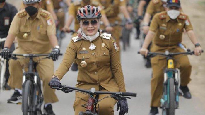 Bersepeda, Bupati Winarti Tinjau PTM di Tulangbawang Lampung