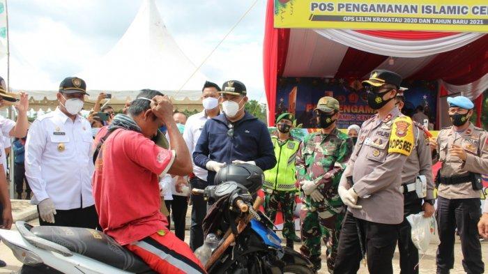Bupati Tubaba Umar Ahmad Beserta Kapolres Bagikan Masker dan 500 Kg Beras