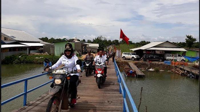 BERITA FOTO  - Bupati Winarti Tunggangi Motor Kunker Ke Rawajitu Timur