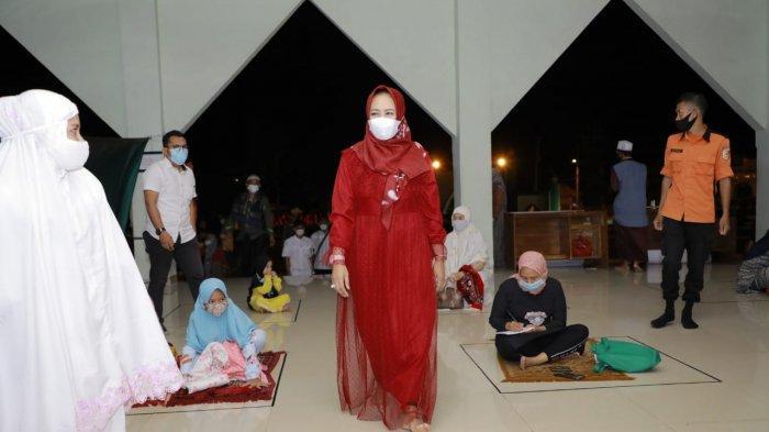 Bupati Tulangbawang Winarti Ingatkan Jamaah Salat Tarawih Wajib Kenakan Masker