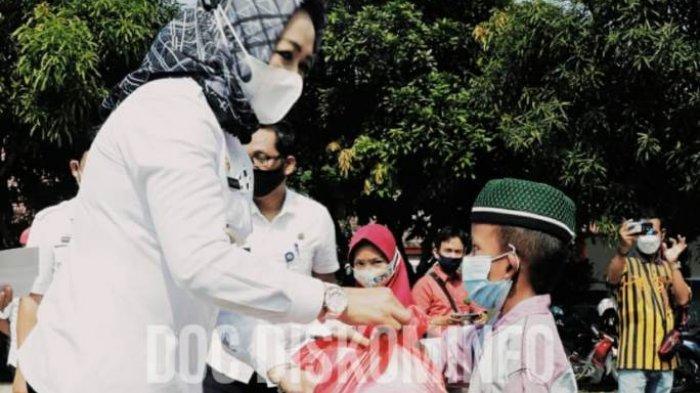 Bupati Winarti Serahkan Santunan Kepada Anak Yatim di Sela Operasi Pasar Murah
