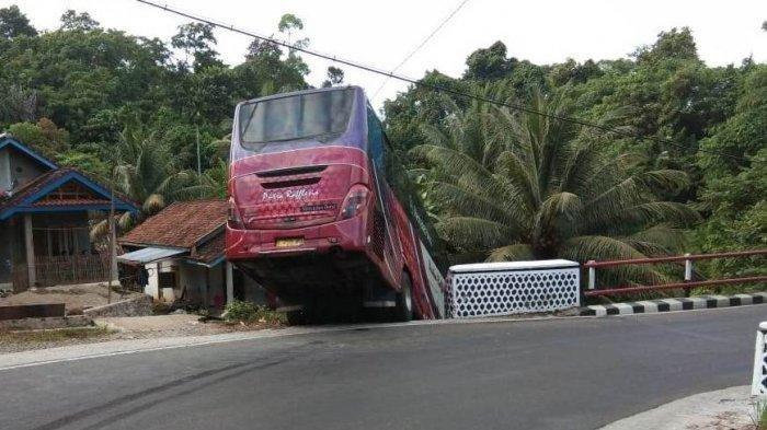 Bus Berisi Santri Tergantung di Tepi Jurang, Penumpang Sebut Jalanan Belok Bus Tetap Jalan Lurus
