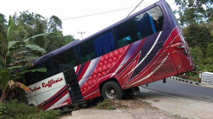 BREAKING NEWS - Bus Rombongan Santri Nyaris Masuk Jurang di Pesisir Barat