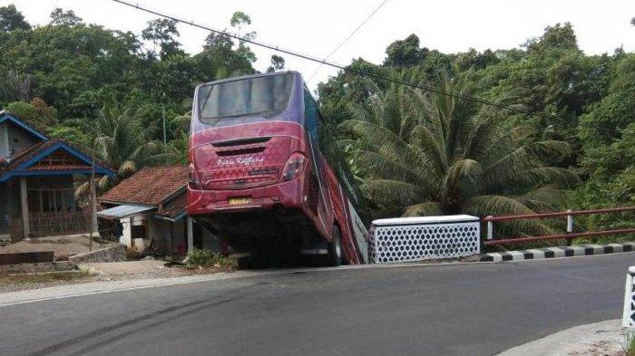 Bus Putra Rafflesia Nyaris Masuk Jurang Hendak Menuju Jakarta
