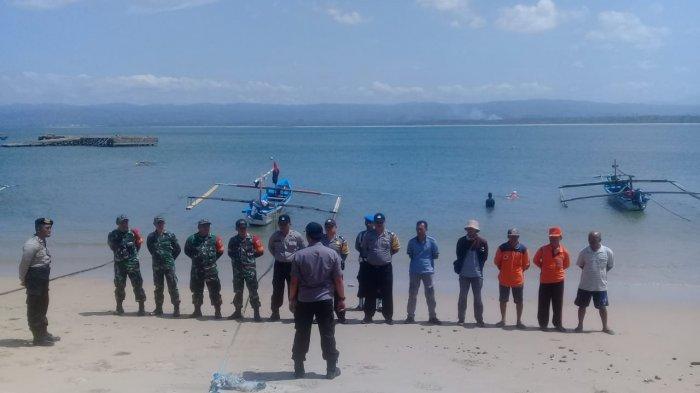 Tim Gabungan Polsek Bengkunat Cari Turis Asing Tenggelam