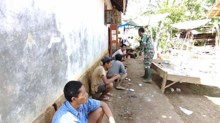 Cegah Covid-19, Personel Pra TMMD ke-111 Way Kanan Lampung Bagikan Masker