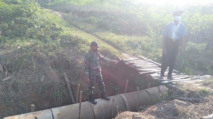 Anggota TNI Cek Lokasi Pembangunan Jembatan di Banjar Agung Tulangbawang