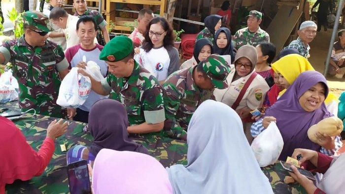 Chandra Peduli Kasih Serahkan 100 Paket Sembako di Pasar Murah Penutupan TMMD