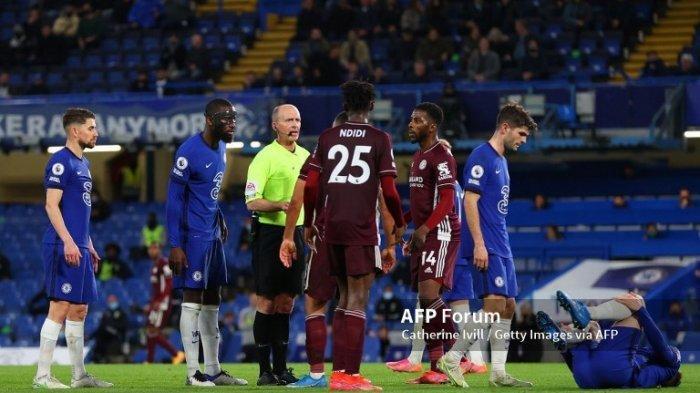 Wasit Pertandingan, Mike Dean berinteraksi dengan Antonio Ruediger dari Chelsea dan Wilfred Ndidi dari Leicester City selama pertandingan Liga Premier antara Chelsea dan Leicester City di Stamford Bridge pada 18 Mei 2021 di London, Inggris