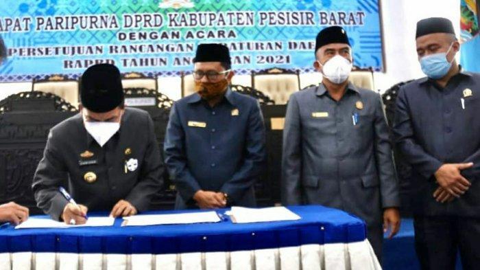 Pjs Bupati Pesisir Barat Achmad Chrisna Putra Hadiri Pengesahan APBD 2021 Pesisir Barat