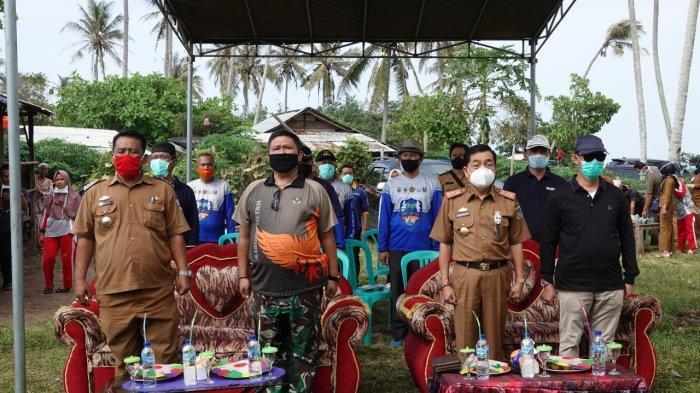 - Pjs Bupati Pesisir Barat, Achmad Chrisna Putra, mencanangkan aksi bersih-bersih pantai di Pantai Pekon Siging, Kecamatan Ngaras, Kabupaten Pesisir Barat, Selasa (20/10/2020).