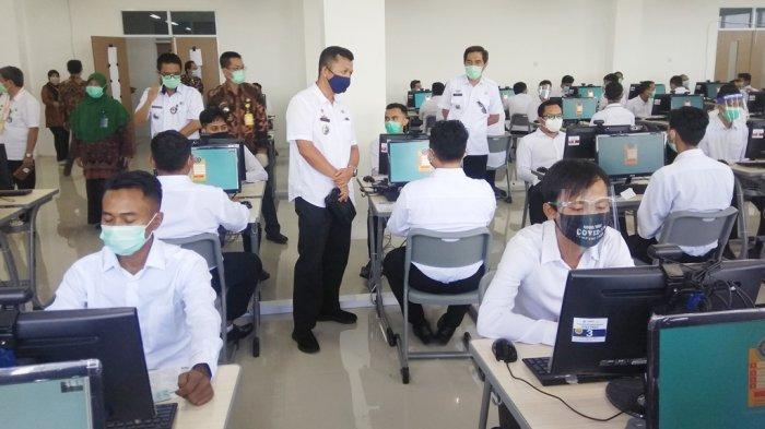 Plt Kepala BKD Provinsi Lampung Yurnalis saat meninjau tes CPNS di laboratorium komputer Itera beberapa waktu lalu.