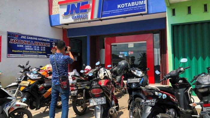 BREAKING NEWS Aksi Curanmor di JNE Kotabumi Terekam CCTV