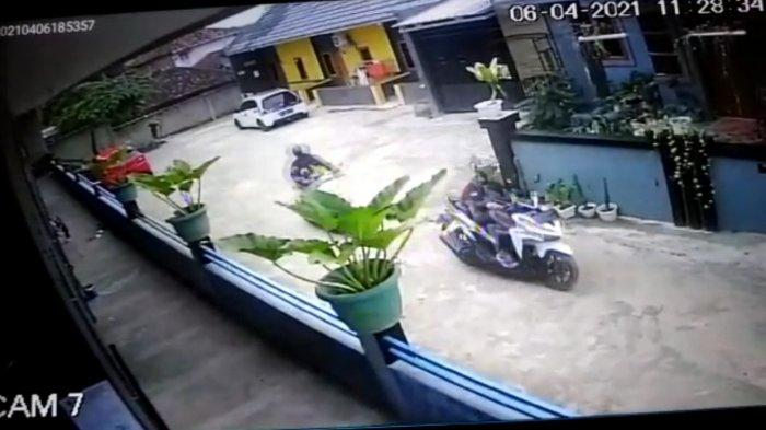 Curanmor Siang Bolong di Indekos Terekam CCTV, Pelaku Berpakaian Serbahitam