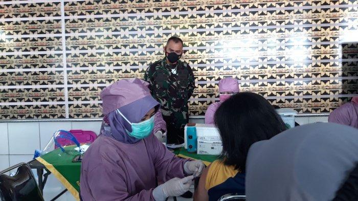 Dandim 0410 KBL Kolonel Inf Romas Herlandes Tinjau Pelaksanaan Vaksinasi Covid-19