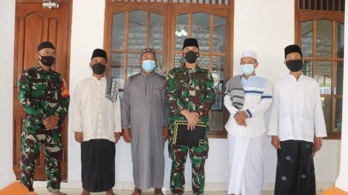 Jumat Berbagi TNI, Kolonel Inf Romas Herlandes Bagikan Makanan kepada Jamaah Masjid Nurul Ihsan