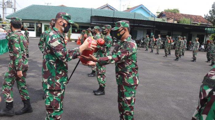 Dandim 0410/KBL Kolonel Inf Romas Herlandes Serahkan Alat Pemadam Kebakaran kepada Jajaran Kodim