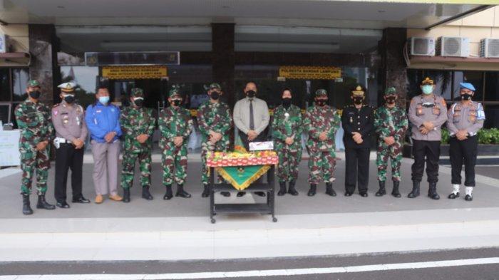 Hut Bhayangkara ke 75, Komandan Kodim 0410/KBL Berikan Kejutan kepada Kapolresta Bandar Lampung
