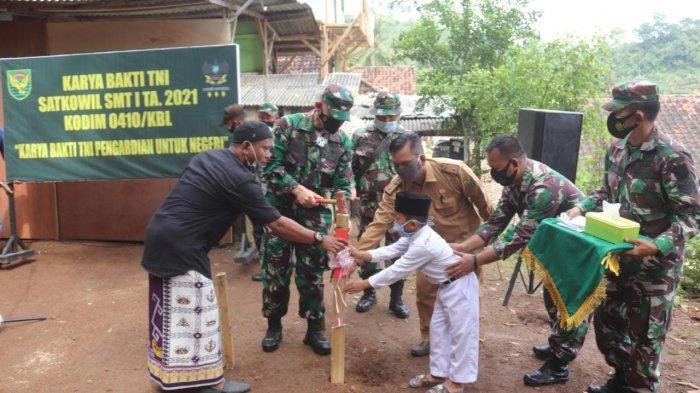 Karya Bakti TNI, Dandim 0410/KBL Kolonel Inf Romas Herlandes Bangun Asrama Putri Pondok Pesantren
