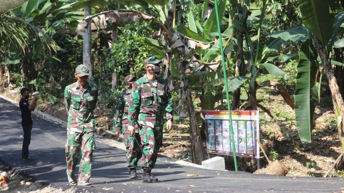 Kolonel Inf Romas Herlandes Tinjau Karya Bakti TNI 2021 di Kampung Pulo Mas