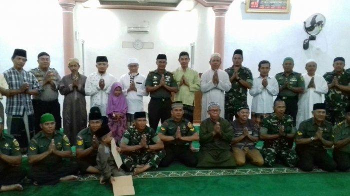 Danramil 410-05/TKP Laksanakan Sholat Maghrib Berjamaah di Masjid Al-Anshor