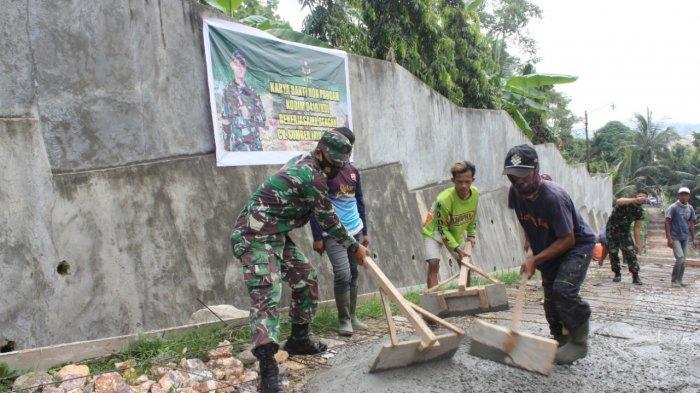 Karya Bakti TNI, Koramil 410-02/TBS Bersama Warga Perbaiki Jalan