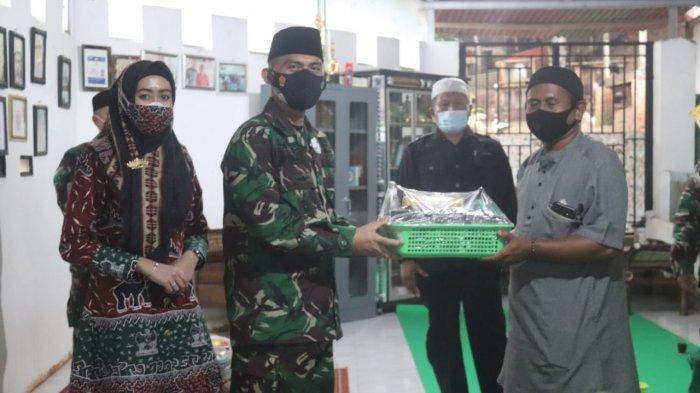 Jumat Peduli TNI, Kolonel Inf Romas Herlandes Kunjungi Pondok Pesantren Alkaromah Bathiniyah