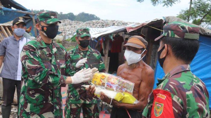 Bakti Sosial TNI, Kolonel Inf Romas Herlandes Bagikan Sembako dan Masker