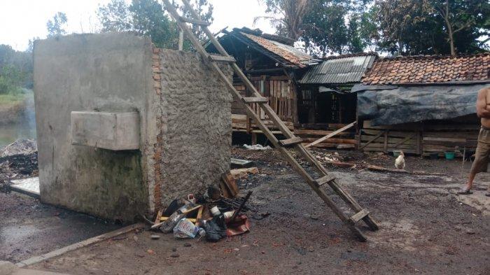 dapur-rumah-berdinding-papan-tersambar-kobaran-api-hingga-ludes.jpg