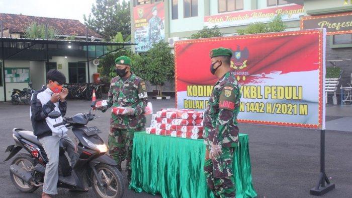 Bakti Sosial TNI, Kodim 0410/KBL Bagikan Takjil dan Masker kepada Warga