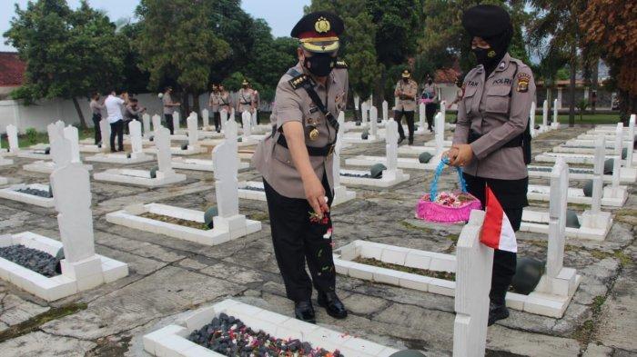 HUT Bhayangkara ke-75, Polda Lampung Lakukan Ziarah ke Makam Pahlawan