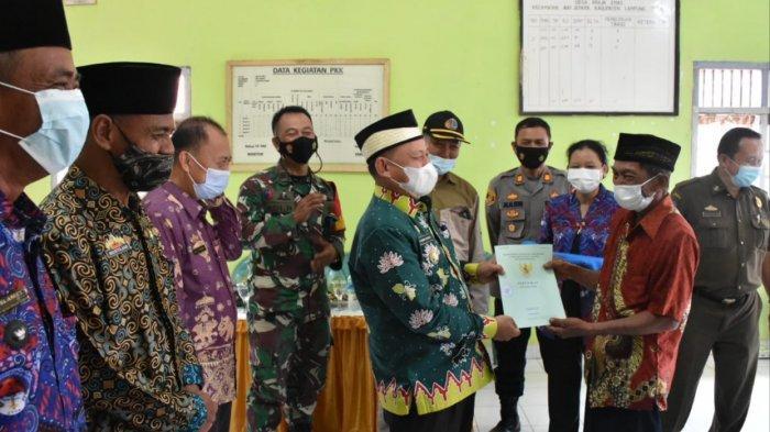 Dawam Rahardjo Bagikan Sertifikat Redistribusi Tanah di Way Jepara Lampung Timur