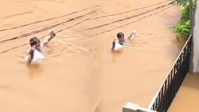 Ojol Nekat Terobos Banjir Setinggi Leher demi Antar Pesanan