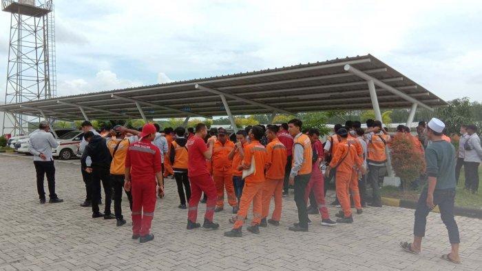 BREAKING NEWS Ratusan Karyawan PT HK Gelar Aksi di Gerbang Pintu Tol Kota Baru, Tuntut Ini
