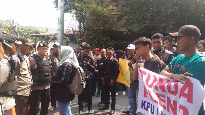 Selesai Pleno Rekap, Komisioner KPU Lampung Disambut Ratusan Demonstran
