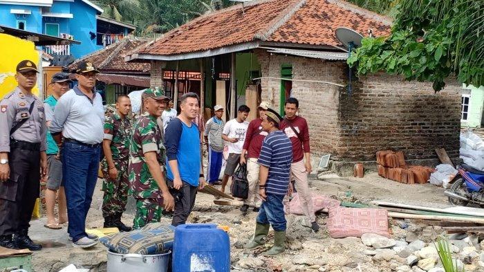 Bupati Pesawaran Dendi Romadhona Beri Bantuan Warga Pulau Legundi yang Jadi Korban Tsunami