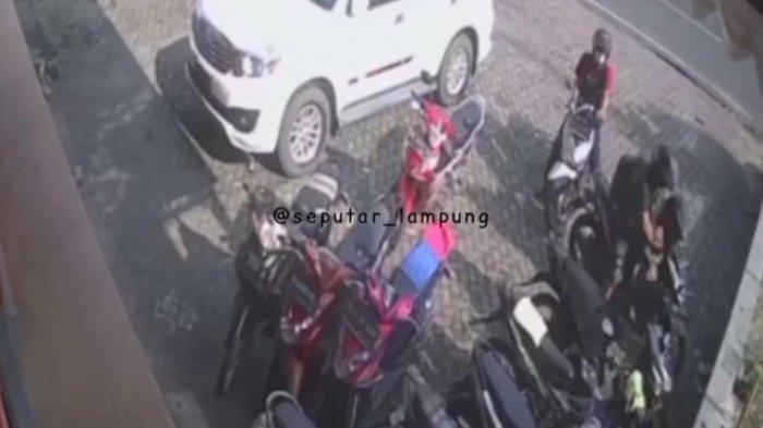 Detik-Detik Aksi Curanmor di Bandar Lampung Terekam CCTV