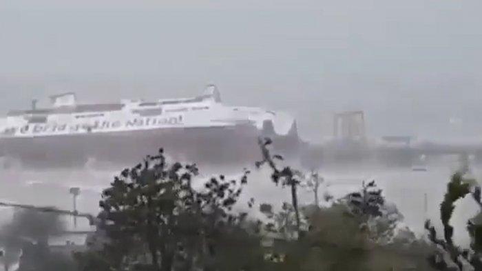 Detik-Detik Kapal Tenggelam Dihantam Gelombang di NTT