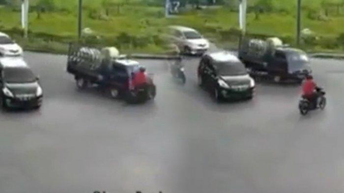 Detik-Detik Pengendara Motor Diseruduk Pikap Saat Terobos Lampu Merah