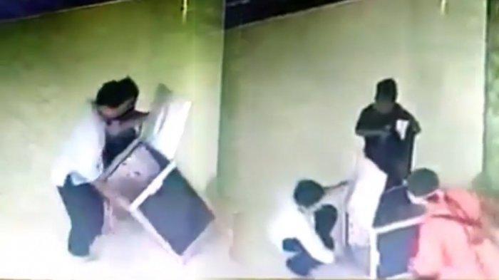 Detik-Detik Suami Istri Ajak Anak Mencuri Kotak Amal Masjid Terekam CCTV
