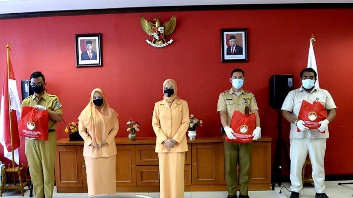 Dharma Wanita dan UPZ Ditjen Bina Keuangan Daerah Kemendagri, Serahkan 98 Paket Sembako