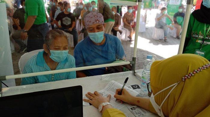 Diantar Driver Ojol, Ratusan Lansia di Bandar Lampung Jalani Vaksinasi