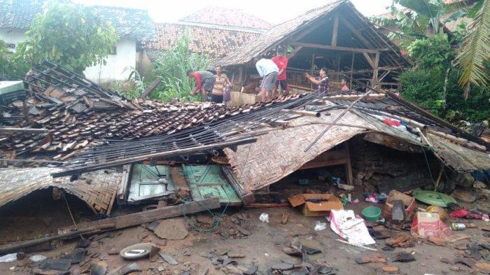 Dilanda Puting Beliung, Sejumlah Bangunan di Pringsewu Porak-poranda