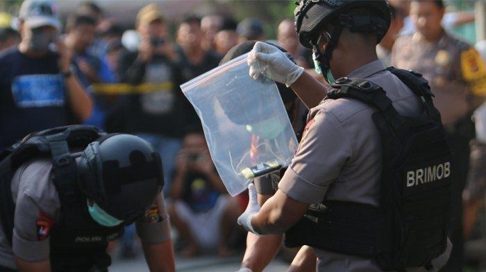 Pedagang Kain Pasar Gadingrejo Pringsewu Lampung Dijemput Densus 88, Lima Bilah Golok Diamankan